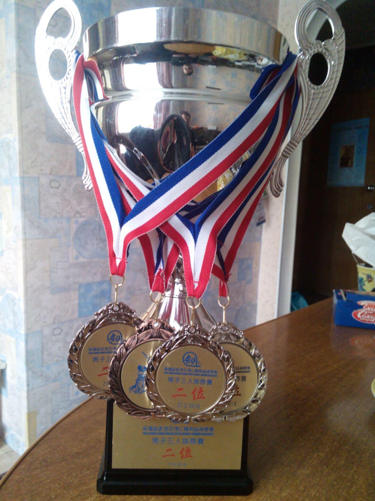 Кубок и медали Всеазиатского чемпионата по кендо в Гонконге